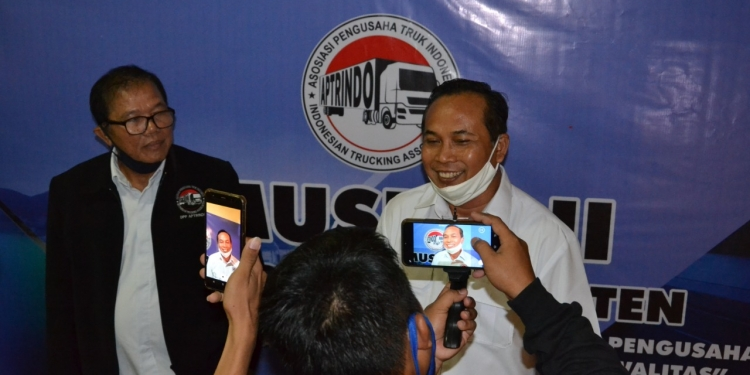 Ketua Umum DPP Aptrindo Gemilang Tarigan (kiri) dan Ketua DPD Aptrindo Banten terpilih, Syaiful Bahri.